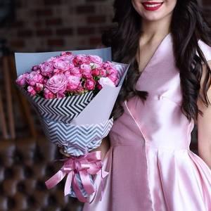 Букет 25 кустовых розовых роз с упаковкой R600